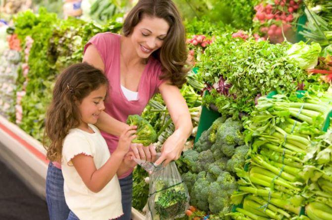 vrouw-kind-groentenafdeling-supermarkt